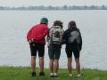 Tre adolescenti osservano la laguna